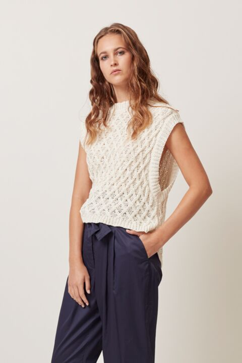 Knitted top without sleeves