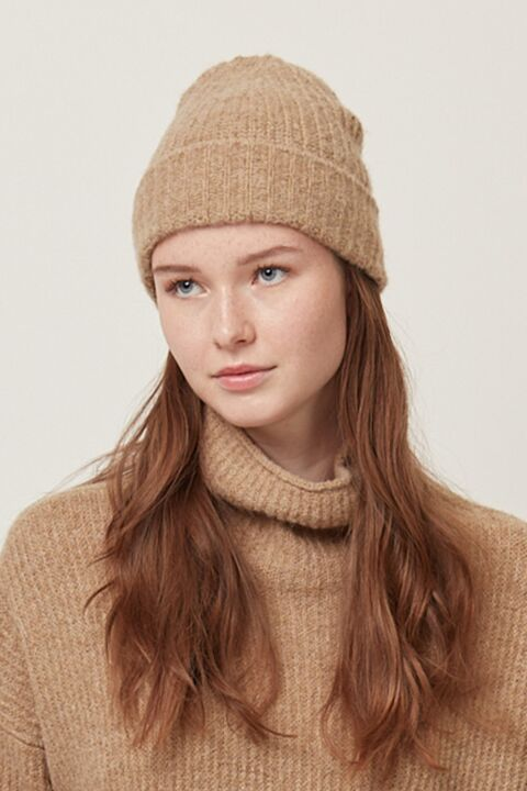 Ribbed knitted beanie
